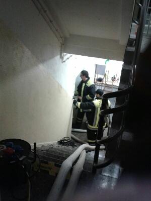 ... in den Keller  , wo die Feuerwehr,  dass Wasser abpumpen musste.