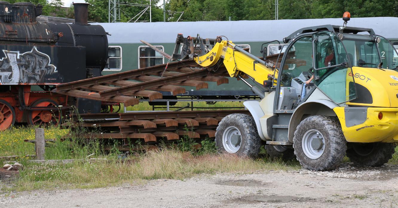 Der Radlader packte das sechs Meter lange Stück . . .