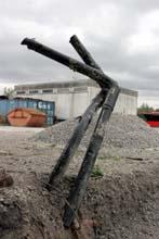 Kunst: Die Leitungen der Fernwärme, die einst zum BSW-Gebäude (im Hintergrund) führten.,