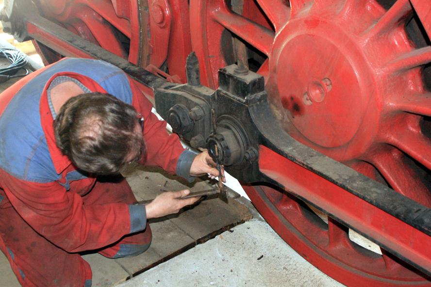 Auch an eingen Kuppelstangen werden die Splinte entfernt.