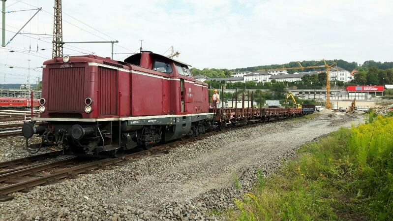 In  dem roten Container im Hintergrund ist die Web-Cam der Bahn untergebracht.
