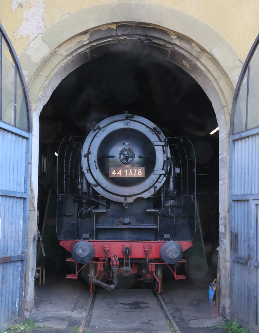 Die 44 1378 unter der Kranbahn in der Halle.