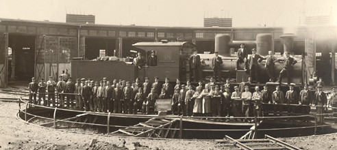 Die Belegschaft des Bw Crailsheim im Jui 1908 mit der Schnellzuglokomotive AD 479 auf der damaligen 18-m-Drehscheibe. Erst knapp 40 Jahre später wurde eine Drehscheibe mit 23 Meter eingebaut.