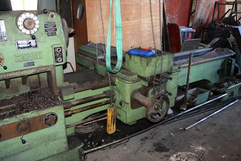 Die alte Drehmaschine in der Halle wurde teilweise zerlegt.