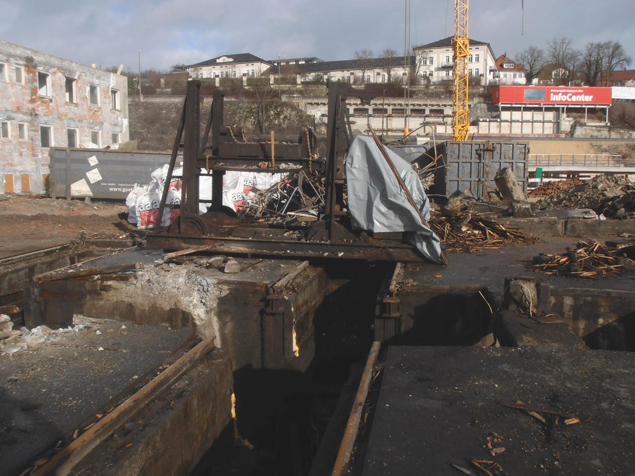 . . . und die ausgebaute Achssenke. Im Hintergrund (in Rot) der Info-Container der Neubaustrecke. Von dort wurden die folgenden Bilder gemacht, hier als Screnshot .