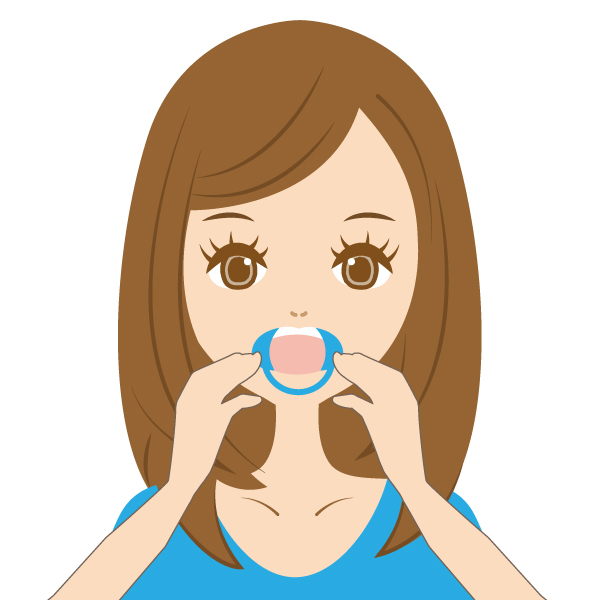 開口器を装着し。歯の表面の水分を取り除きます。