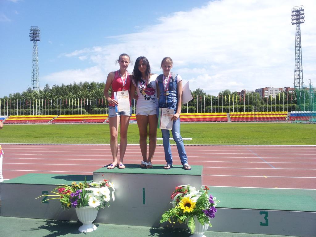 Третье место - тройной прыжок (девушки) - Александра Зраковская ( справа)
