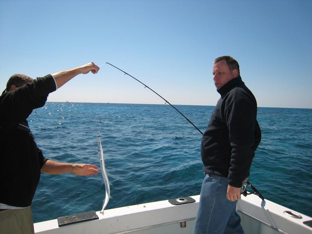 А сам на крючок попалась рыба -плоскогубцы