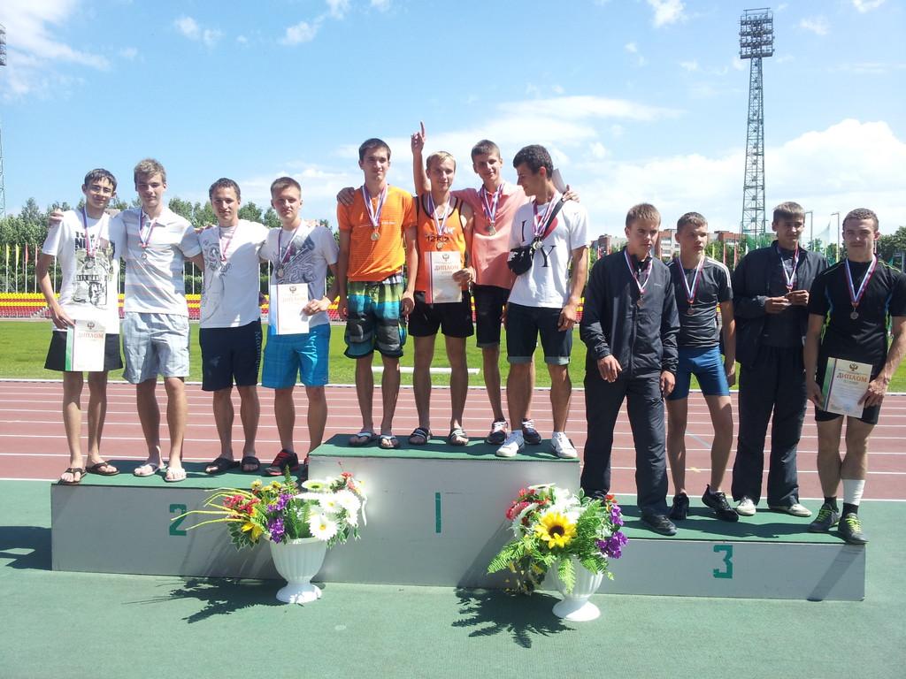 2 место - Мужская эстафета - 4х400 м (юниоры) - Константин Хиленко, Денис Федоренков, Олег Давыдов, Роман Новиков (слева)