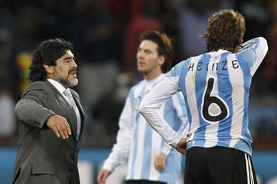Диего Марадона утешает своих игроков