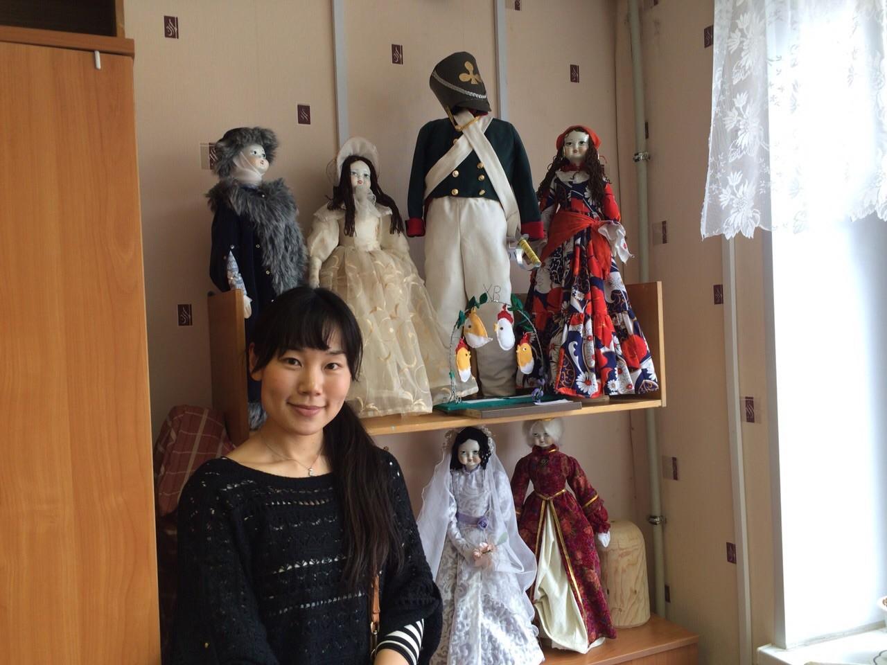 Нодзоми у стенда с куклами, сделанными ученицами школы № 31