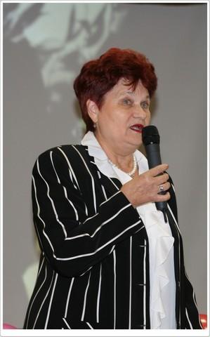 Директор школы-заслуженный учитель РФ - Киреева Г.А. поздравляет всех с новым учебным годом.