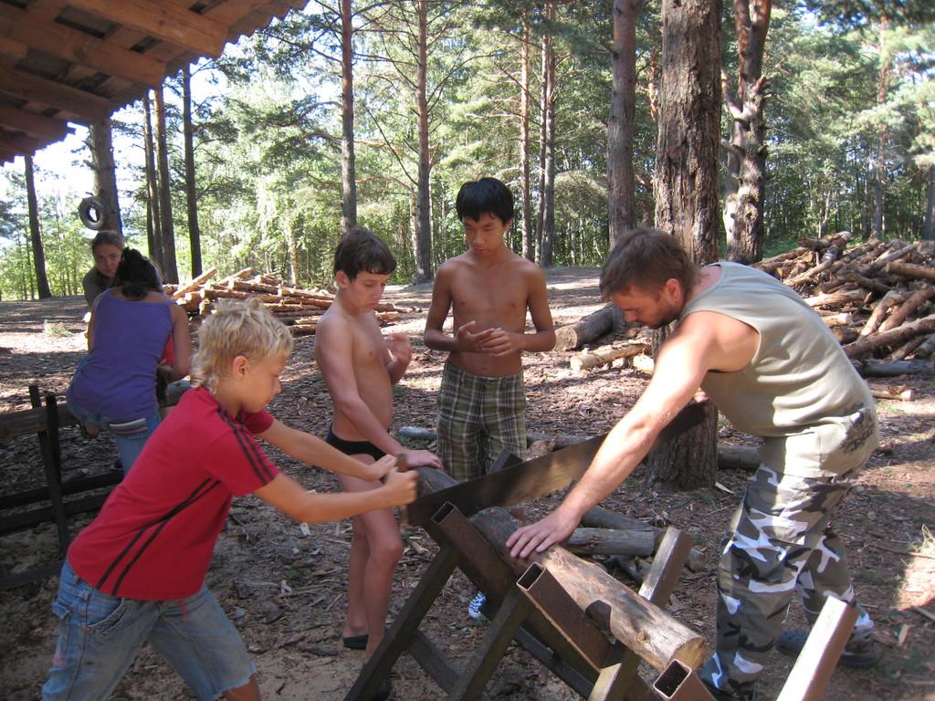 Школьники учатся правильно пилить дрова