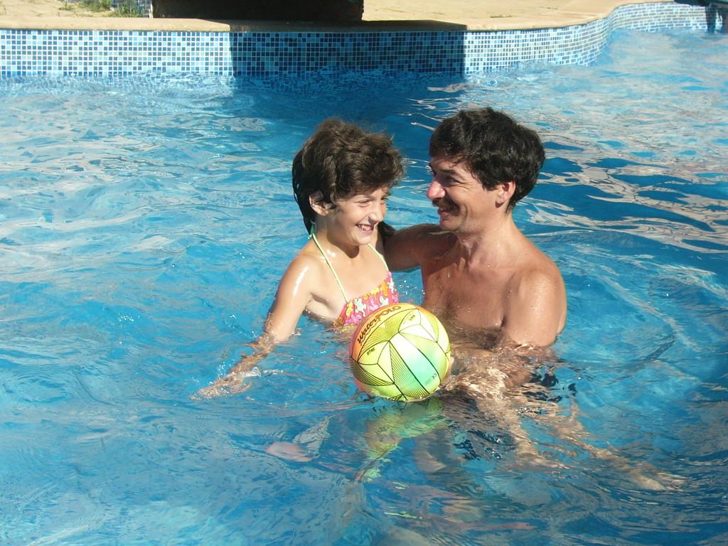 После активных игр, приятно плескаться в воде.