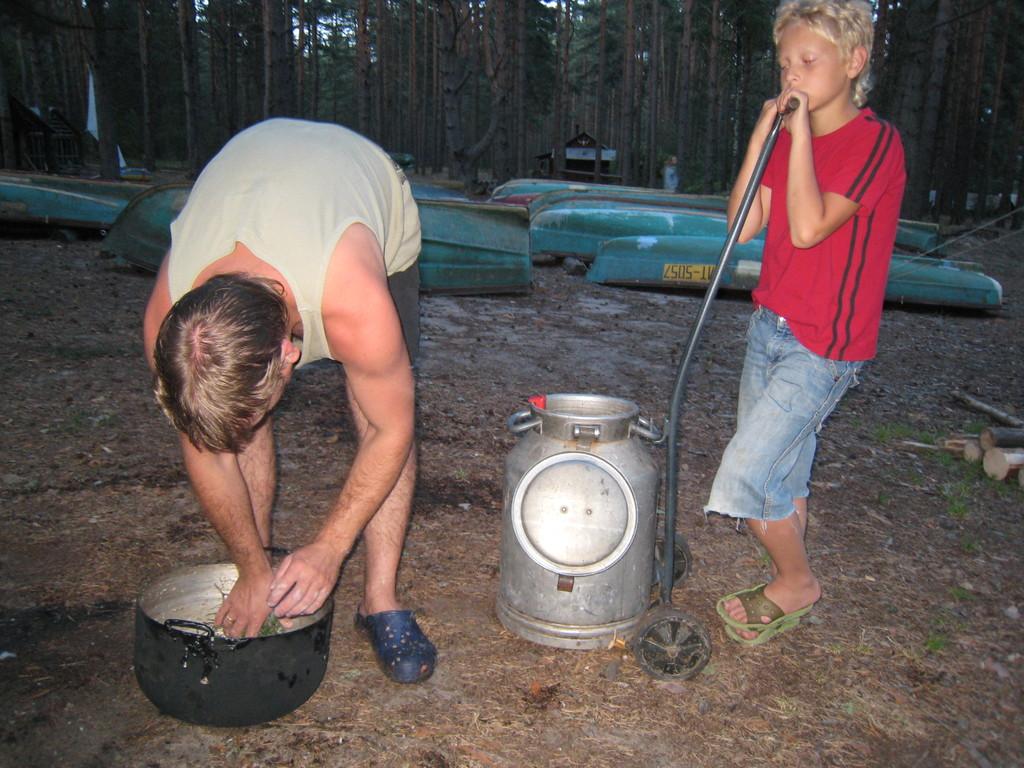 алеша Яковлев моет посуду, а его сын думает, помочь ли ему?