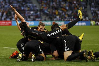 Объятия игроков сборной Германии