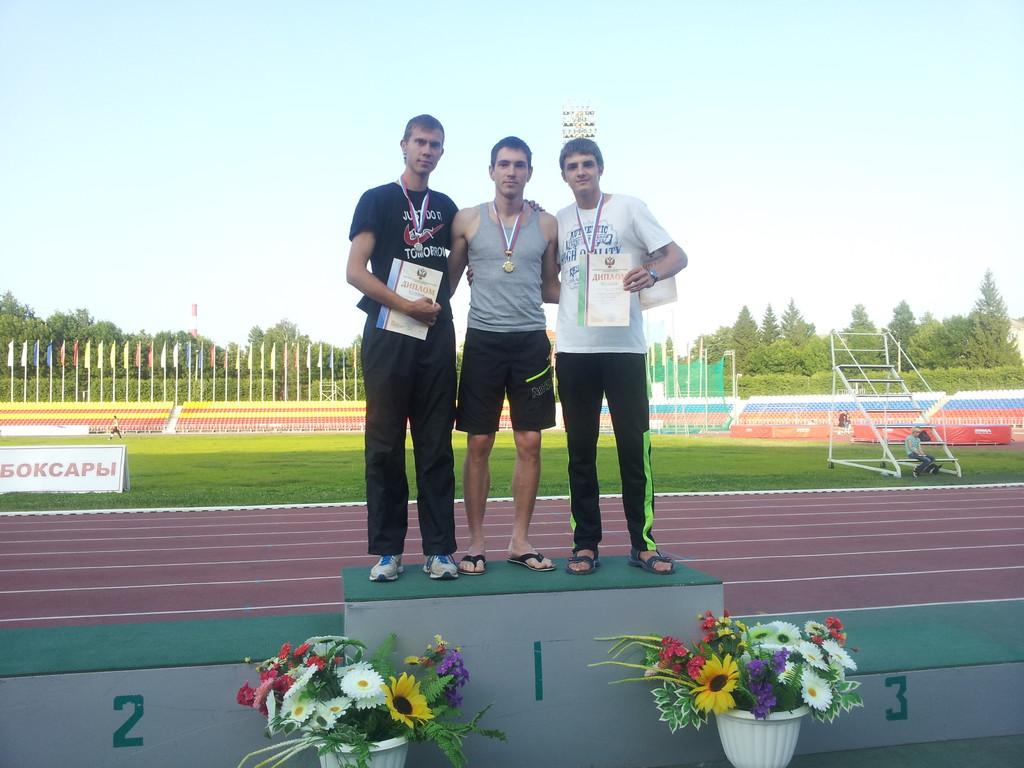 Победитель по прыжкам в высоту - Александр Ландарь (в центре)