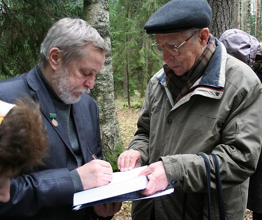 Анатолий Разумов подписывает свою книгу для Лира Муратова.