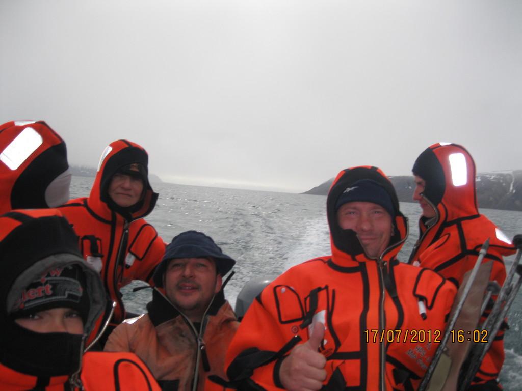 на лодке только в специальных спасательных костюмах