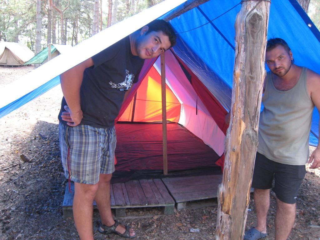 Вот и палатка на деревянном настиле