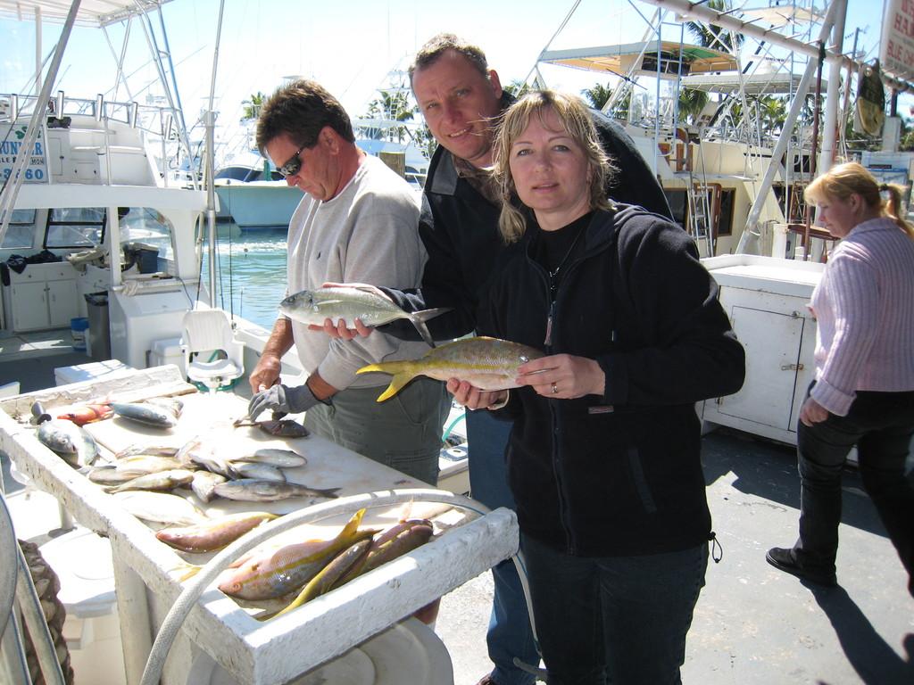 Пока мы позируем над нашим уловом, капитан чистит нам рыбу