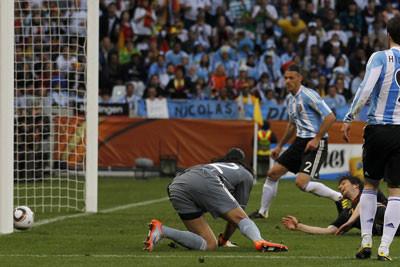 Очередной мяч влетает в ворота аргентинцев