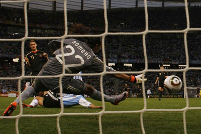 Мирослав Клозе поражает ворота аргентинцев