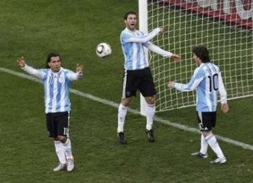 Аргентинцы требуют засчитать гол из офсайда