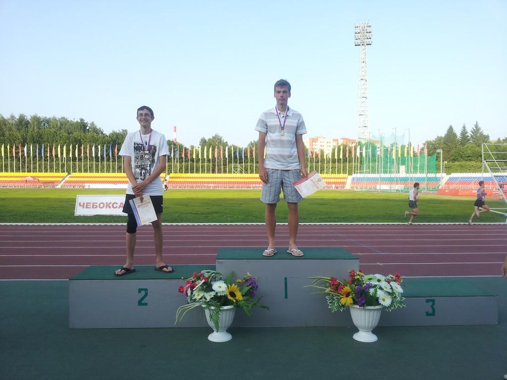 Победитель по прыжкам в высоту (юниоры) - Денис Федоренков (в центре)