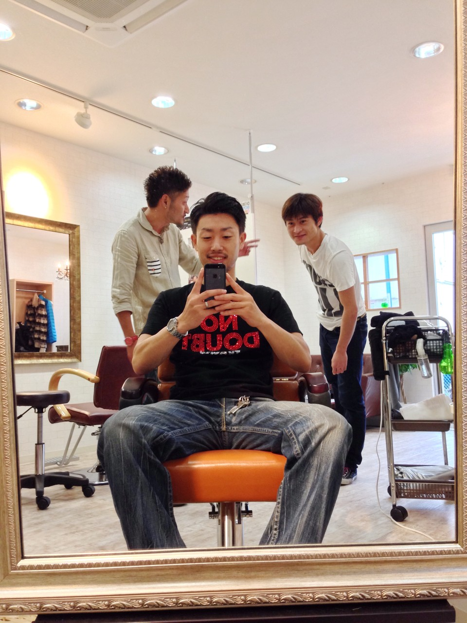 須加尾の弟さんのお店<美容室BONOS>で葉石と約束してたのに、寝坊してきた須加尾。(画像をクリックすると美容室へGOします。)