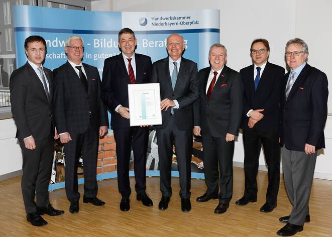 HWK-Präsident Dr. Georg Haber (3. v. li.), HWK-Hauptgeschäftsführer Jürgen Kilger (3. v. re.), Hans Schmidt (1. v. li.), Vizepräsidenten HWK Karl-Heinz Moser (2. v. li.), Konrad Treitinger (1. v. re.). Christoph Reichert (2. v. re.)