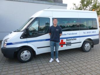 Sebastian Wurm erhält durch den Bundesfreiwilligendienst beim Betreuten Fahrdienst einen vielfältigen Einblick in die Arbeit des Roten Kreuzes sowie in die mobilen sozialen Dienste. Foto: BRK Neumarkt - Renner