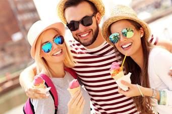 Der Sommer geht weiter. Luftige Kleidung, Sonnenbrille und ein erfrischendes Eis bleiben also noch eine ganze Weile gefragt. Quelle: WetterOnline