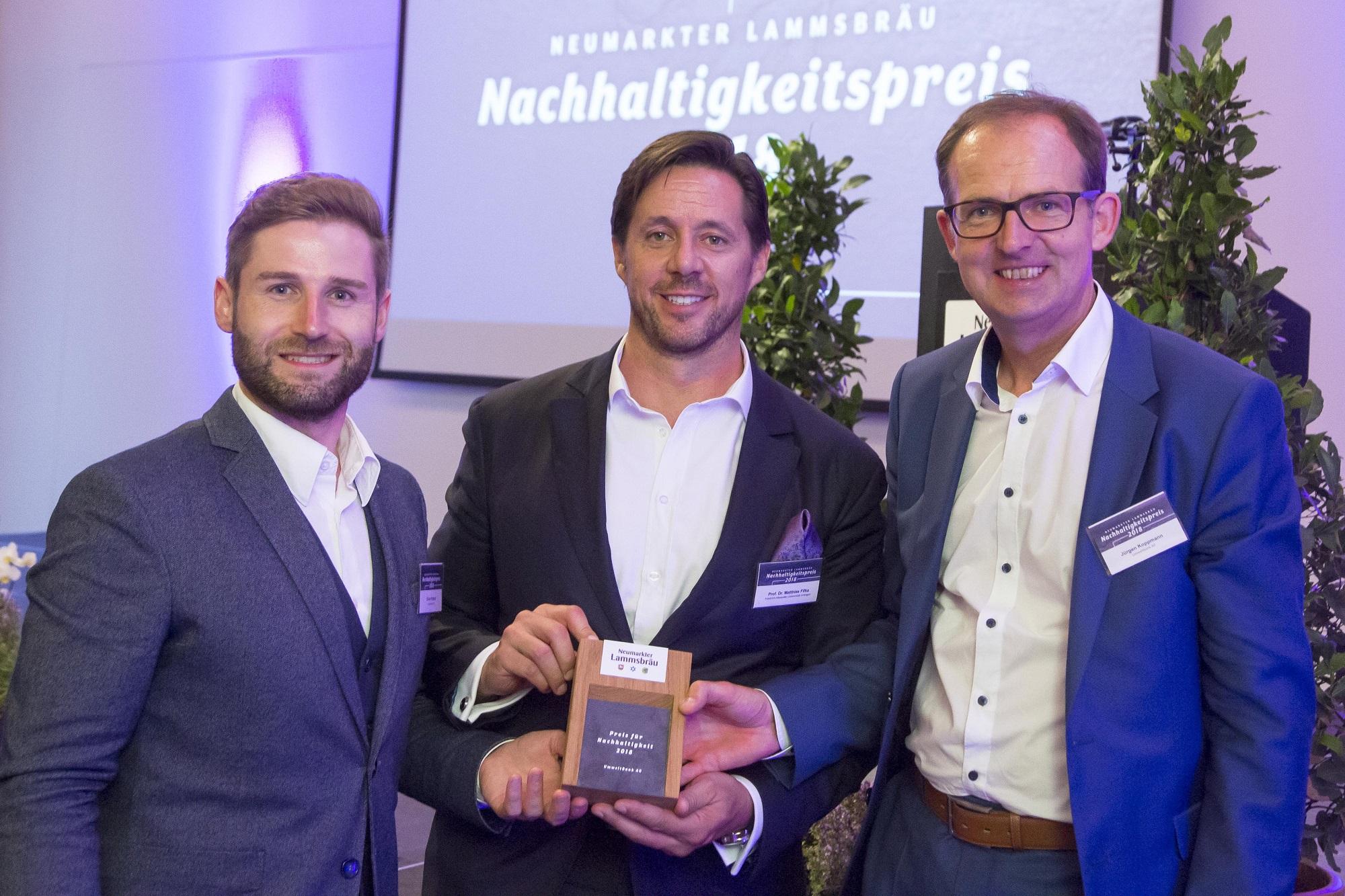 Gewinner UmweltBank Oliver Patzsch (links) und Jürgen Koppmann (rechts) mit Laudator Prof. Dr. Matthias Fifka (Mitte)