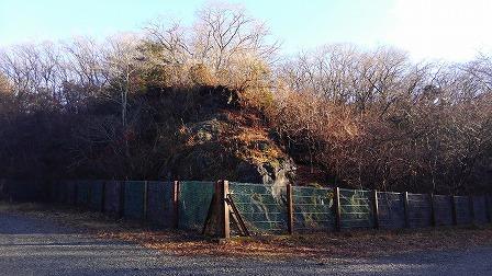 2017年1月9日朝日に照らされた丸火自然公園南駐車場溶岩崖