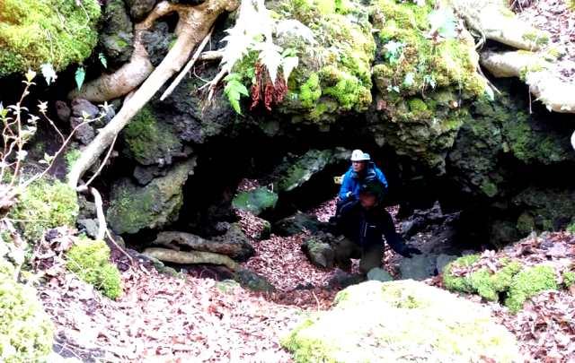 くぐることができる洞窟