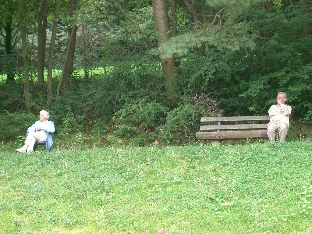 Annemarie und Waldemar auf abstand