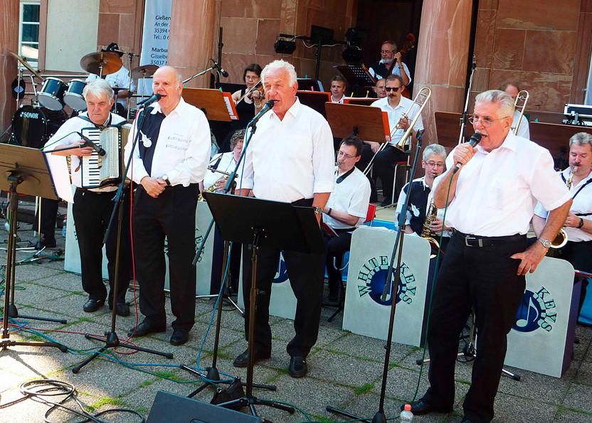 """Singen """"Hallo kleines Fräulein"""": Justus Born, Akkordeon - Konrad Finger, Gert Badouin, Walter Plamper (Foto: Werner Hahn)"""