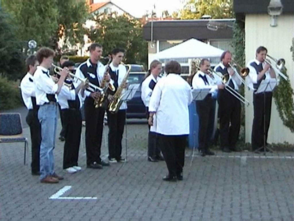 Reservisten-Treffen in Niederweimar am 17.6.2000; die Big-Band spielt die Nationalhymne