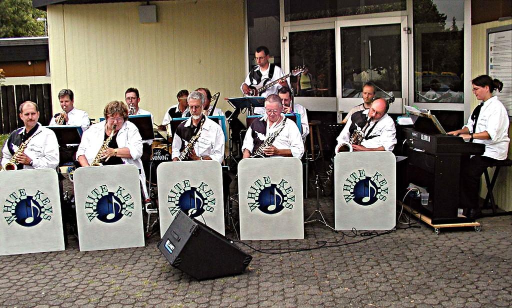 1. Weimarer Sommertreff: Die Big-Band unterhält.
