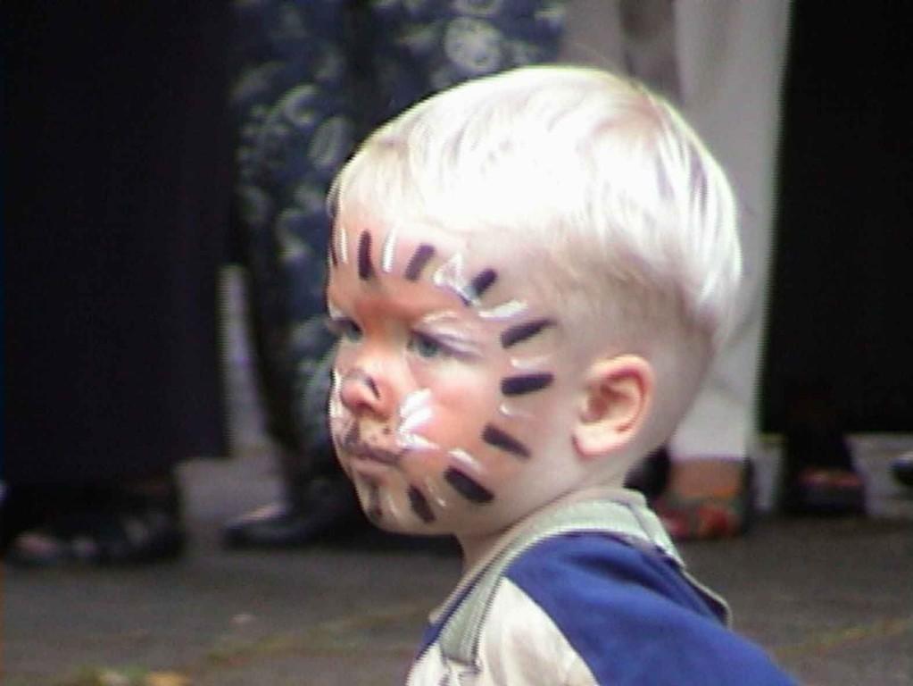 Südstadtfest in Marburg am 5.8.2000; auch die Kleinen sind begeistert