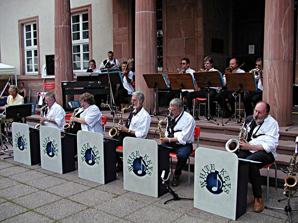 Dämmerschoppen der Südstadtgemeinde: Die Big-Band vor dem Staatsarchiv