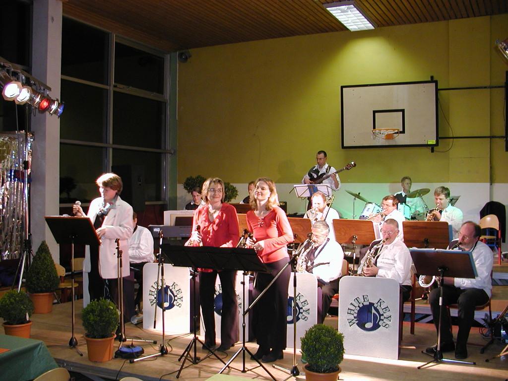 Grundsteinlegung: Die Big-Band mit Sängerinnen