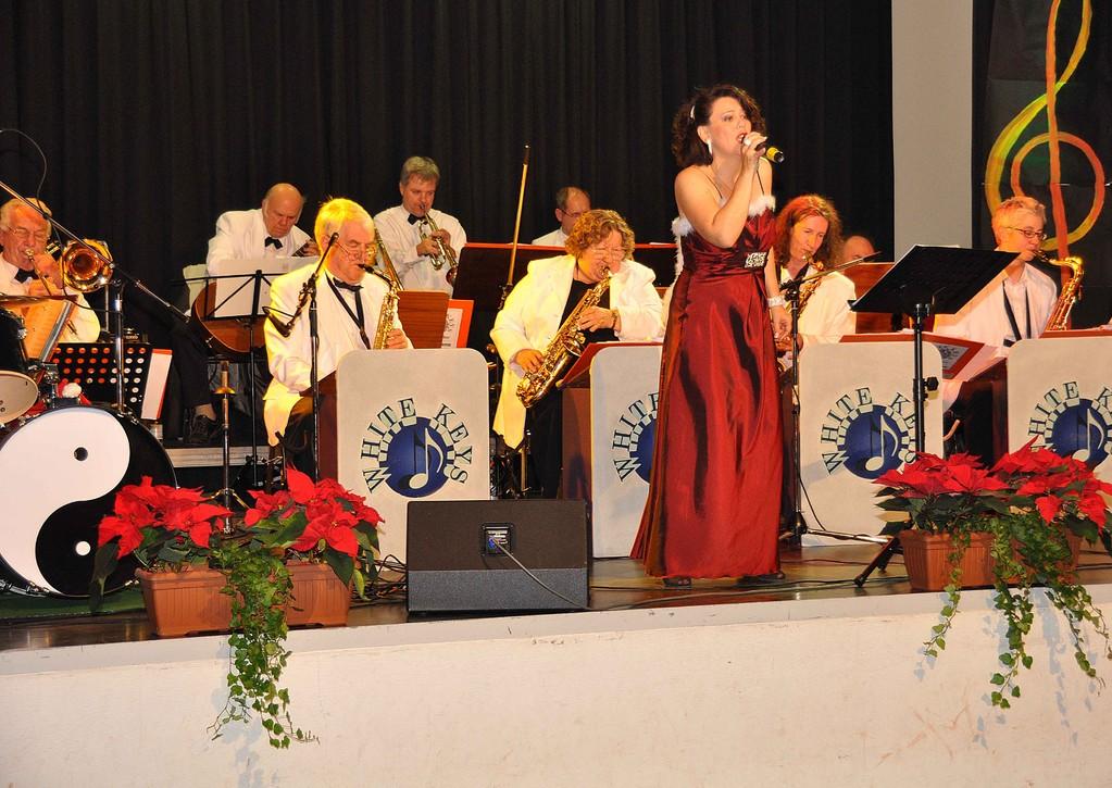 Sängerin Ulla Keller mit Big-Band