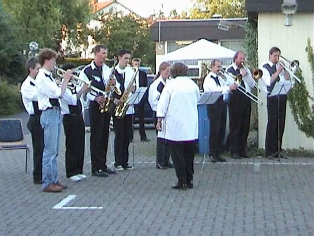 Reservisten-Treffen in Niederweimar am 17.6.2000; die Big-Band spielt die Narionalhymne