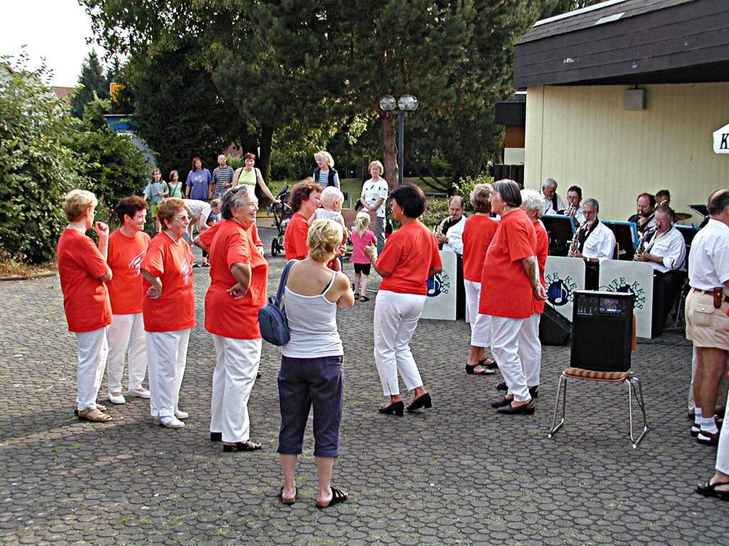 1. Weimarer Sommertreff: Tanz der Seniorentanzgruppe Niederweimar
