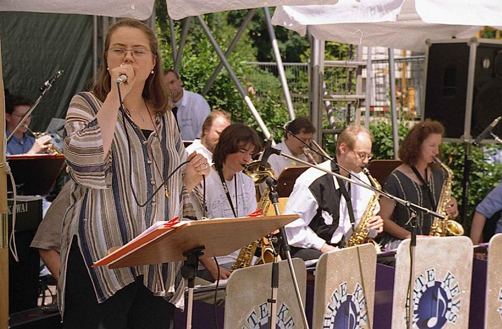 Grundsteinlegung bei Freier Waldorfschule Marburg am 19.6.1999; Daniela Hacker singt