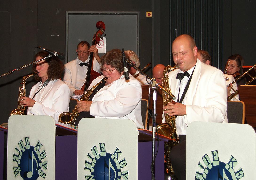 auf die Saxophone und