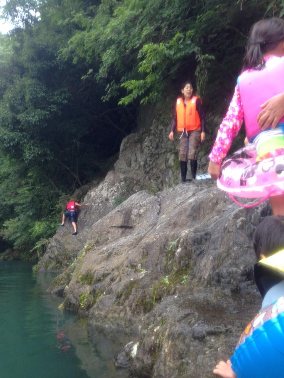 この岩場から、飛び込みポイントに移動するのです
