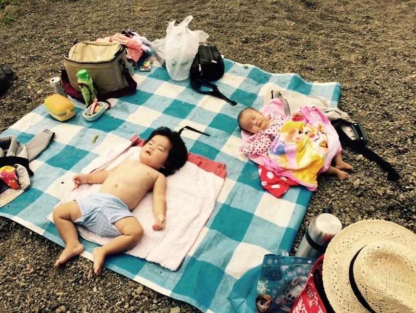 河原で豪快にお昼寝。曇ってたからできた技だね